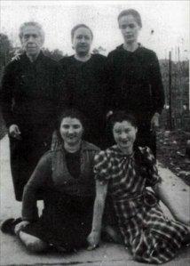 prisiondeamorebietavizcayaen19421sentadaaladerechatomasacuevas