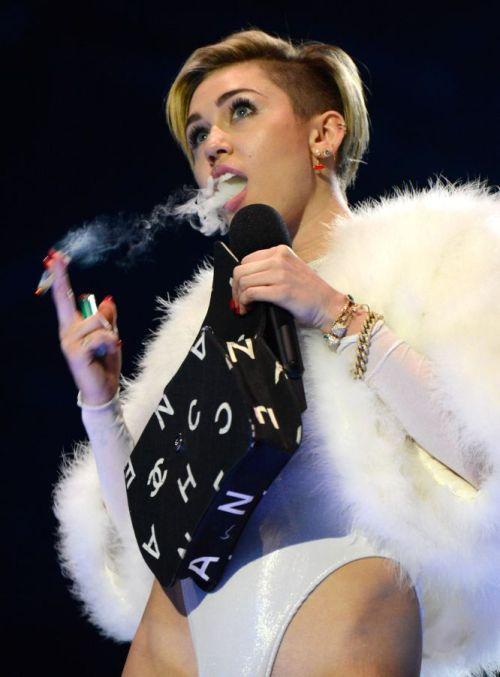 Miley fumando
